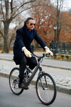 Wow, Manhattan chic on a comfy mountain bike. Well done. « The Sartorialist