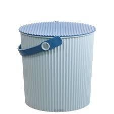 omnioutil japansk spand Str. M fra Hachiman - Lækre japanske Omnioutil plastspande fra Hachiman.  Brug dem fx til opbevaring af legetøj, tøj og madvarer.  Tåler op til 150 kg, er fødevaregodkendt og tåler at stå udenfor (ned til -20 °)  Findes i 3 størrelser : S, M og L  Findes i 4 farver : Hvid, sort, lyseblå og lyserød.