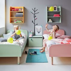 The single bed with a modern retro-look is perfect for both young children and cool teens. The organic shapes and funky pastels combined with a strong Scandinavian design look brighten up every child's room. The beautiful legs made from the finest ash tree bring lightness and warmth to the bed and the coloured feet add a playful touch. Add a bunch of pillows and the bed doubles-up as a practical mini-sofa – perfect for the playroom. Ideal for children aged 5-12. Slats are included. Designer…