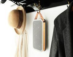 Bang & Olufsen diseñaron para su submarca B&O Play una bocina portátil con bluetooth integrado que permite escuchar hasta 24 horas seguidas de tu música favorita.