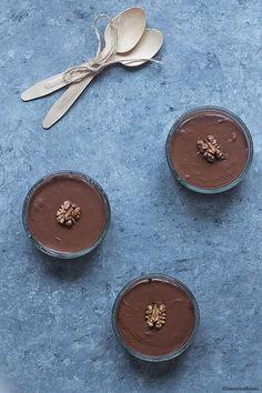 La Ricetta della mousse al cioccolato all'acqua è stata per me una bellissima scoperta. Ho sempre amato le mousse al cioccolato, anche se nel mio immaginario era sempre stata una ricetta da concedersi una volta ogni tanto, visto la presenza massiccia di uova, panna e zucchero nella maggior parte delle ricette che finora avevo provato. Con solo 2 ingredienti invece si può ottenere lo stesso una buonissima mousse e mangiarne a iosa senza avere il ben che minimo senso di colpa. Ho scoperto…