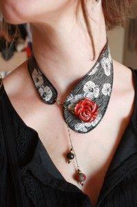 collier col tissu noir et blanc fleur rouge