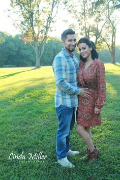 Linda Miller Photography www.lindamillerphotography.com  Couples session, pregnancy reveal session, maternity session, natural lighting, evening, sunset, fall, what to wear, pose ideas, fort hunt park
