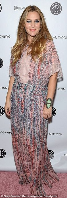 Drew Barrymore sports blue eye shadow and pink kaftan at BeautyCon : Matronly: The Flower Beauty founder - who relies on stylist Lee Harris - dress. Drew Barrymore Style, Drew Barrymore 2017, Kaftan, Fashion And Beauty Tips, Freundlich, Fashion Over, Women's Fashion, Mom Style, Style Guides