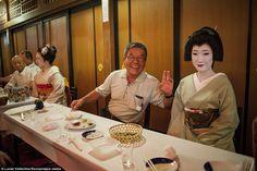 Inside the secret world of the Geisha Japanese Geisha, Japanese Kimono, Beautiful Asian Women, Beautiful Images, Kabuki Costume, Intimate Photos, The Secret World, Nihon, What A Wonderful World