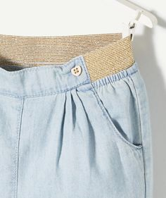 LE PANTALON CROCUS :                     Ce petit pantalon d'été, accompagné d'un élastique doré à la ceinture et de petits boutons en forme de cœur convient parfaitement à nos choupettes ! A porter avec un  tee-shirt ou une blouse blanche pour un look classe !            LE PANTALON DENIM, taille élastiquée, 4 poches, plis fantaisies, boutons cœur, revers. Crocus, Revers, Pli, Girls Pants, Casual Shorts, T Shirt, Blouse, Fashion, Trousers