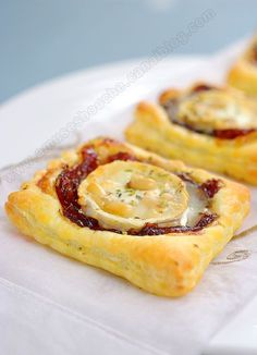 Goat cheese and caramalised onion Tart Finger Food Appetizers, Finger Foods, Brie Appetizer, Tapas, Vegetarian Recipes, Cooking Recipes, No Salt Recipes, Savoury Baking, Snacks