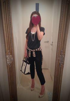 Black shirt, black skinny, white bag and beige heels - http://ameblo.jp/nyprtkifml