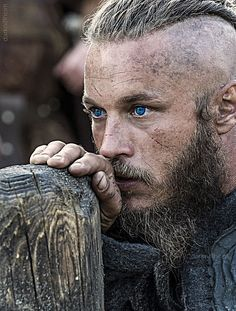 Travis Fimmel as Ragnar Lothbrok from the show Vikings. I might be ok if my village got ransacked by a boat load of vikings who looked like this. Ragnar Lothbrok Vikings, Lagertha, Ragner Lothbrok, Vikings Rollo, Travis Vikings, Vikings Travis Fimmel, History Channel, Vikings Tv Show, Watch Vikings