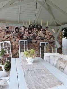 Gartenpavillon aus Holz, nordic Shabbychic, Kissen aus antikem Leinen, Schwedenkronen, Stoffkronen,