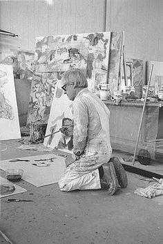 Willem de Kooning in his East Hampton studio, New York, 1971 Artist Art, Artist At Work, Famous Artists, Great Artists, Expressionist Artists, Willem De Kooning, Artist Quotes, Jackson Pollock, Portraits