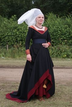 Burgundian gown and truncated henin. Attire for century Noblewoman. Renaissance Mode, Renaissance Costume, Medieval Costume, Renaissance Fashion, Renaissance Clothing, Medieval Dress, 15th Century Fashion, 15th Century Clothing, 15th Century Dress