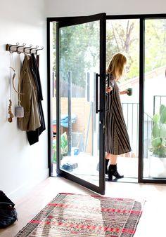 オウチの顔ともいえる「玄関」は、おしゃれで快適な空間にしたいですよね。今回はそんな玄関レイアウトでぜひお手本にしたい、素敵なインテリア実例をご紹介します。様々な空間づくりのコツもヒントにしながら、さっそくお気に入りの玄関を作ってみませんか?