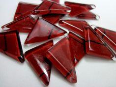 Pastilhas de vidro fundido utilizadas para confecção de Mosaicos ,Bijuterias e/ou outras aplicações decorativas/ artesanais Pacotes de 50 G -  com blister de vidro formato triangular VERMELHO ESCURO  RISCAS PRETAS  TEMOS EM TODAS CORES   - Escolha a sua ! R$6,90