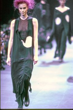 1992 - Comme des Garçons Fall Ready-to-Wear Collection. This look (and collection) represented the grunge style during the 90s.