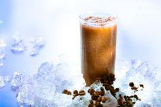 Eisgekühlte Drinks, Shakes und Smoothies mit Kaffee bringen dir an heissen Tagen den Frischekick. Ob mit Vanilleglace, Bananen, Orangensaft oder einfach nur pur on the rocks: Kalter Kaffee ist alles andere als langweilig.