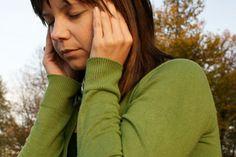 Síntomas de dolor de cabeza para tumores cerebrales. El dolor de cabeza es el síntoma más común de los tumores cerebrales. Aunque el cerebro en sí no siente dolor, otras estructuras, incluyendo los vasos sanguíneos, las membranas que recubren el cerebro y los nervios en la cabeza producen dolor en ...
