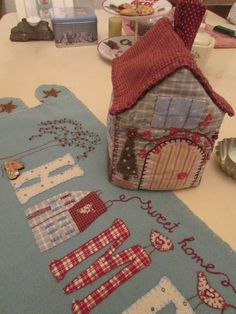 This would make a cute cover for my sewing machine House Quilts, Fabric Houses, Patch Quilt, Applique Quilts, Cute Crafts, Diy And Crafts, Country Quilts, Applique Templates, Sewing Box