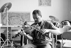 Ornette Coleman spielt Geige in seinem Studio in Manhattan. Aufnahme aus dem Jahr 1985.