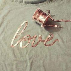 Cómo decorar una camiseta con cintas de lentejuelas. ¡Quien dice camiseta, dice todo tipo de prendas! Anímate y renueva aquella ropa de la que ya te has cansado.