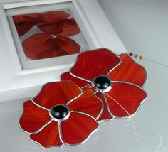 Stained glass Poppy Suncatcher & Window by Ard aLume Stained Glass Ornaments, Stained Glass Flowers, Stained Glass Suncatchers, Stained Glass Designs, Stained Glass Panels, Stained Glass Projects, Stained Glass Patterns, Stained Glass Art, Mosaic Glass