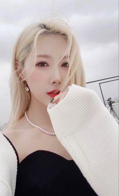 Kpop Girl Groups, Korean Girl Groups, Kpop Girls, Dreamcatcher Wallpaper, Jiu Dreamcatcher, Dream Catcher White, Chanyeol Baekhyun, Asian Style, Purple Hair