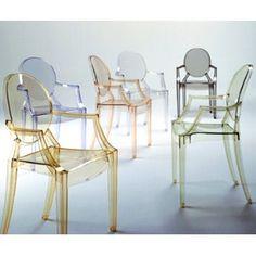 イタリアの家具メーカーカルテルのルイ ゴースト という椅子。ポリカーボネートという熱可塑性のプラスチックでできている。ルイ16世の時代のバロック様式の椅子を再現している。