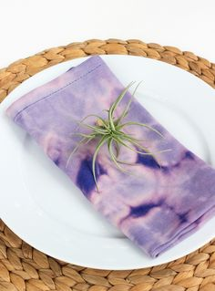 DIY Bleach Dyed Napkins (click through for full tutorial!)
