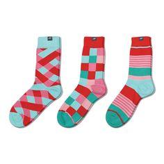 Geschenkbox mit drei roten Socken aus der Knallpastell Kollektion.Knallpastell verbindet ausdrucksstarke Farben mit Pastelltönen als perfekte Kombination zu Jeans. Für die Kollektion verwenden wir 30/2 Doppelgarn aus langstapliger MAKO-Biobaumwolle für einen perfekten Tragekomfort und lange Haltbarkeit.
