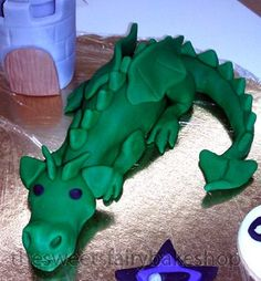 Could I make this fondant dragon? Knight Cake, Knight Party, Dragon Birthday, Unicorn Birthday, Baby Boy Birthday, 7th Birthday, Birthday Ideas, Birthday Cake, Cake Paris