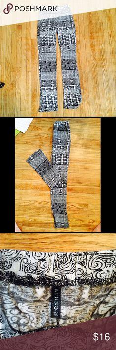 Full Tilt Aztec Print Black And White Leggings Full Tilt Aztec Print Black And White Leggings: slightly worn but in good condition, no pilling. 😊 Full Tilt Pants Leggings