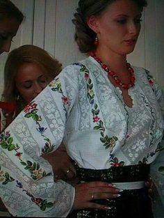 Polish Embroidery, Folk Embroidery, Hand Embroidery Designs, Crochet Cross, Crochet Lace, Romanian Girls, Ukrainian Dress, Ukraine Women, Palestinian Embroidery