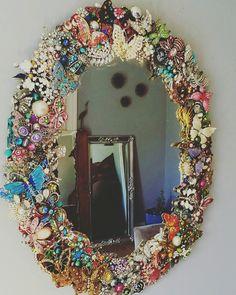 Diy Jewelry Mirror, Beaded Mirror, Jewelry Frames, Diy Mirror, Mirror Art, Costume Jewelry Crafts, Vintage Jewelry Crafts, Frame Crafts, Diy Crafts