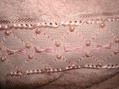Toalha de rosto, banho e lavabo, barrado em macramê com perolas, e bordado com linha de sede e perolas, criação Valesca Mitchiguian