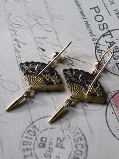 19世紀末(明治)の金工細工のピアス。金具とフリンジ部分はゴールド、扇の部分は赤銅(合金)。ロンドンより里帰り。