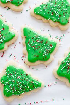 This looks like a super yummy and easy recipe for sugar cookies! Looking for the perfect frosted sugar cookies for cutouts? Delicious, mildly flavored, and they don't spread in the oven! Iced Sugar Cookie Recipe, Christmas Sugar Cookie Recipe, Edible Christmas Gifts, Easy Christmas Treats, Sugar Cookie Icing, Rolled Sugar Cookies, Holiday Cookies, Holiday Treats, Cookie Recipes