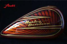 Luxuriöses Tankdesign einer Harley Davidson Tank mit goldenen Metalflakes und Blattgold
