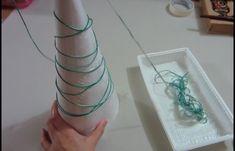 TRÈS JOLI, ET FACILE! Voici comment faire des petits sapins de Noël avec des perles et des brillants de toutes les couleurs. Avec un minimum d'accessoires, sachez que vous pourriez en bricoler plusieurs et à peu de frais. En bonus, la vidéo vous propose un autre modèle encore plus facile. Premier modèle : Commencez par...