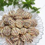 Fursecuri fragede cu ciocolata My Recipes, Sweet Recipes, Cookie Recipes, Jacque Pepin, Yule Log, Romanian Food, Pavlova, Christmas Baking, Cake Cookies