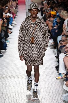 Valentino Spring 2019 Menswear collection, runway looks, beauty, models, and reviews.