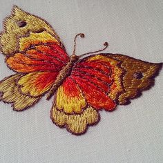 Смотрите это фото от @rosilenebordados на Instagram • Отметки «Нравится»: 37 Hand Embroidery Flowers, Embroidery Patterns Free, Hand Embroidery Designs, Beaded Embroidery, Embroidery Stitches, Sewing Art, Embroidery Techniques, Fabric Painting, Instagram