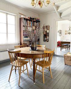 """Tidsrommet AS on Instagram: """"Langhelg på landet. Dette rommet pleide være et soverom, kammerset bak kjøkkenet, men har nå blitt en hall med trapp opp til andre etasje.…"""" Dining Table, Furniture, Instagram, Home Decor, Decoration Home, Room Decor, Dinner Table, Home Furnishings, Dining Room Table"""