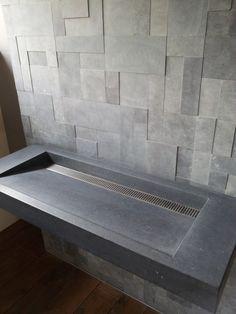 Ierse Hardsteen wastafel Model Monaco met Rvs drainplaat.   Achterwand van verschillende hardsteenplaatjes.
