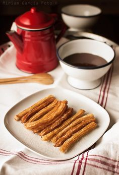 Try this Churros caseros con chocolate recipe, or contribute your own. Yummy Treats, Delicious Desserts, Yummy Food, Baking Powder Recipe, Pan Comido, Salvadorian Food, Ground Beef Recipes For Dinner, Dinner Recipes, Great Recipes