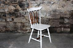 Petite nouveauté ! Chaise de couleur blanche avec quelques accents de bois. 3 couches de Vernis pour un fini durable !   Un bel accent pour n'importe quelle pièce de votre logis!  Disponible au coût de 50$  https://www.facebook.com/meublesAriJ