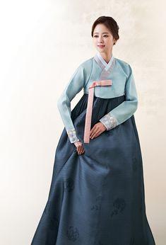 지지배배옛옷 혼주한복 Korean Hanbok, Korean Dress, Korean Outfits, Korean Clothes, Oriental Dress, Oriental Fashion, Korean Traditional Dress, Traditional Dresses, Korean Summer