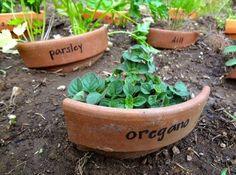 Organiser son potager : 9 idées inspirantes à mettre en pratique dès aujourd'hui Herb Markers, Plant Markers, Garden Crafts, Garden Projects, Diy Projects, Plant Crafts, Diy Crafts, Plantation, Clay Pots
