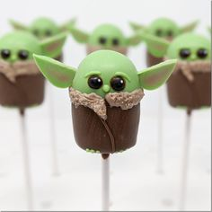 Baby Yoda Cake Pops made by Super Baked Goods christmas cake popsValentines Day Cakepops - - Hope your Cake Pop Bouquet, Star Wars Birthday, Star Wars Party, Photos Folles, Yoda Cake, Star Wars Food, Christmas Cake Pops, Character Cakes, Cute Cakes
