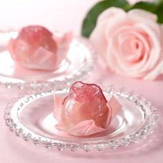 バラの誘惑 白餡をぎゅうひでくるみ、島根県産のバラの花びらを煮込んで作ったゼリーで包んだ