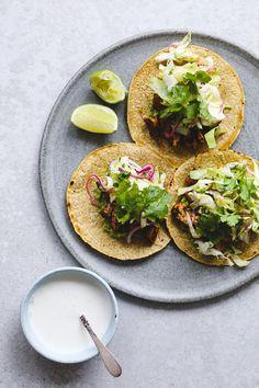 Tacos med kylling, avocado og mexicansk kålsalat   foodfanatic.dk
